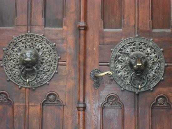 броновая дверь