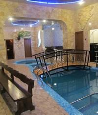 комната отдыха с бассейном
